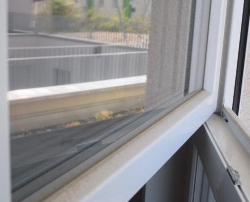 Verschmutze Kunststofffenster reinigen